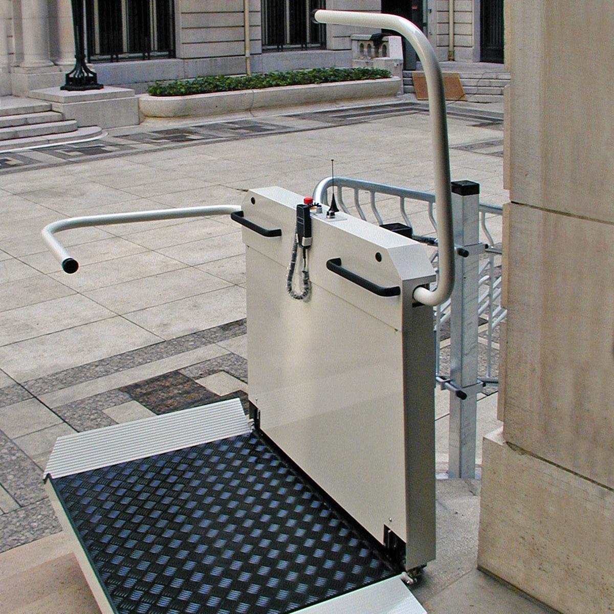 Plattformtreppenlift T80 im Außenbereich mit feuerverzinkter Fahrschiene und Berg- und Talfahrt.