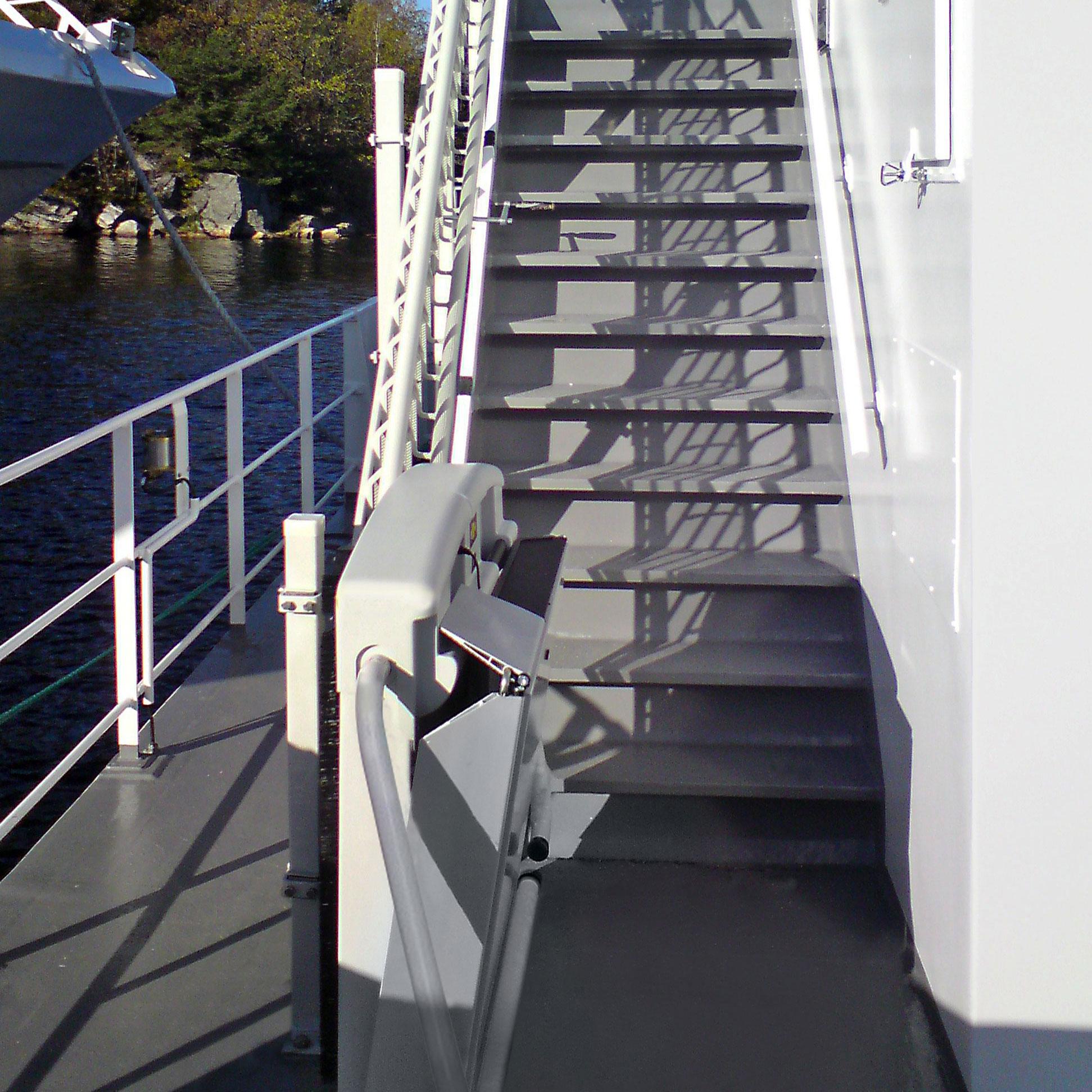 Plattformtreppenlift T80 auf dem Außendeck eines Kreuzfahrtschiffes.