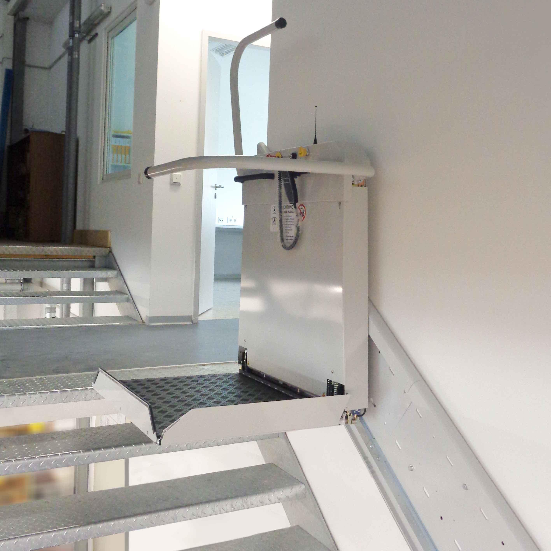 Plattformtreppenlift LL12 an der oberen Haltestelle.