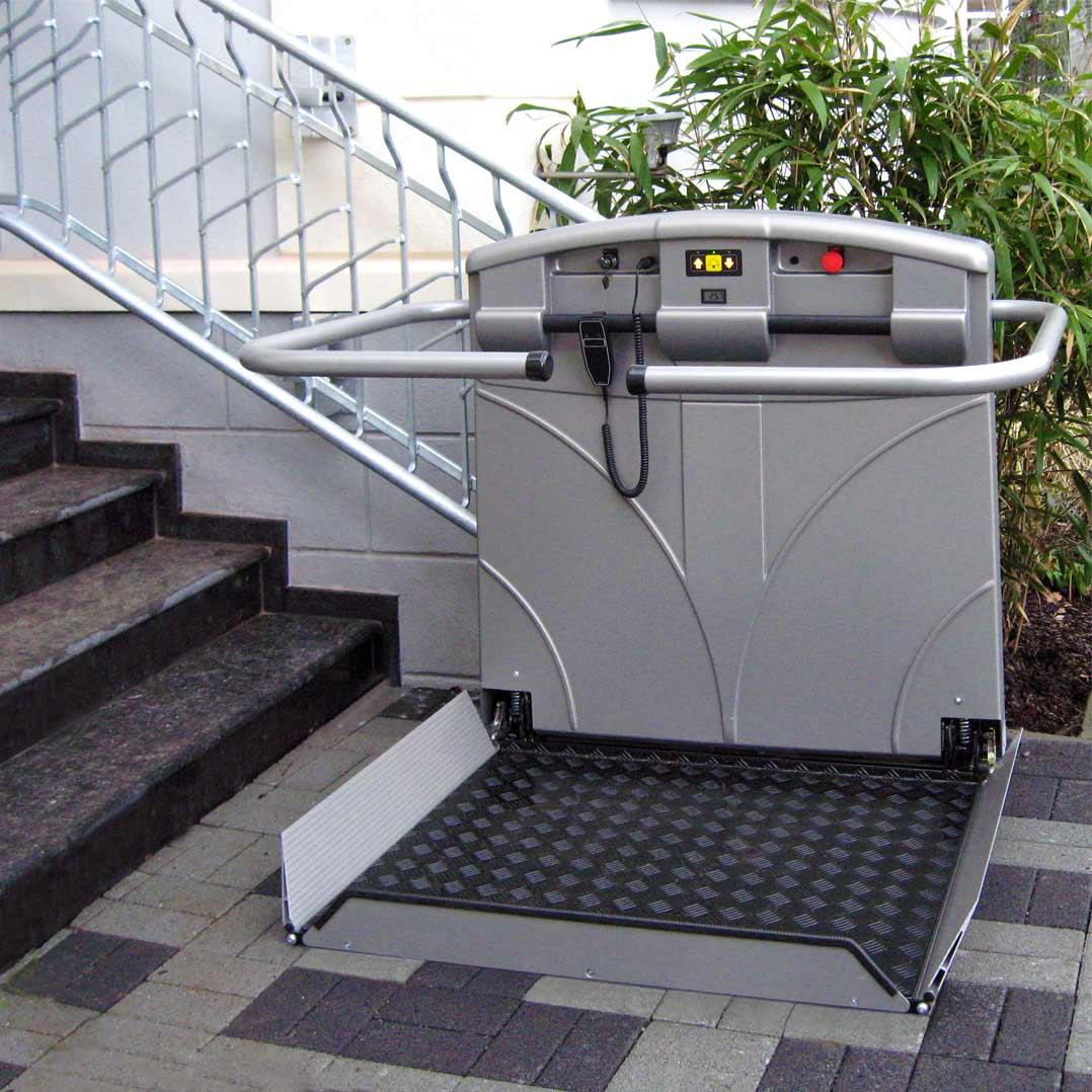 Plattformtreppenlift T80 im Außenbereich mit ASA-Kunststoffverkleidung.